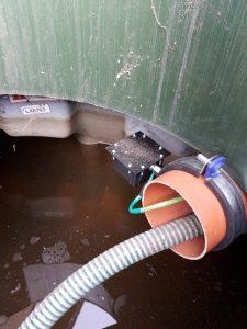 Abstandssensor montiert an Rohrschelle in Zisterne