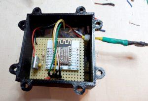 ESP8266 Elektronik mit Abstandssensor im Gehäuse