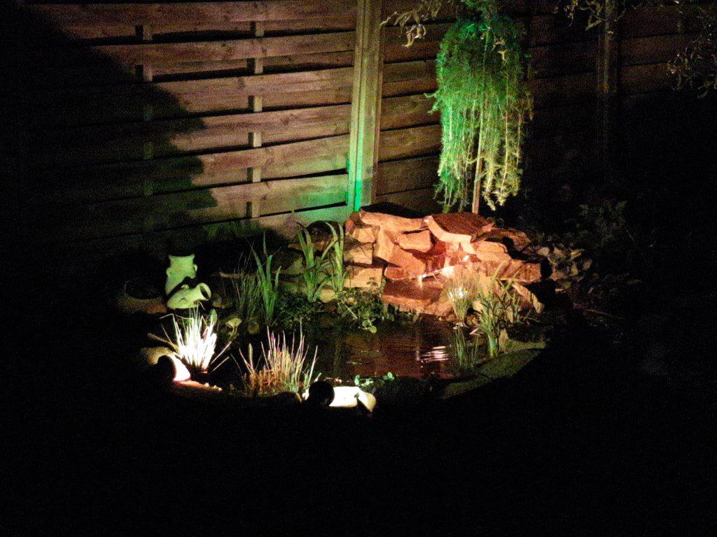 Teich mit Beleuchtung und Wasserfall