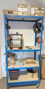 Regal auf Rollen mit 3D Drucker und Filamentrollen